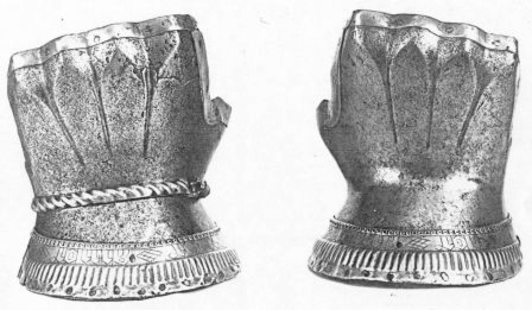 "Hourglass gauntlets ""Red velvet"": Historical Sources Image"